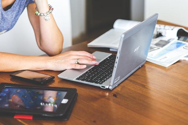 Gdzie znaleźć numer seryjny laptopa?