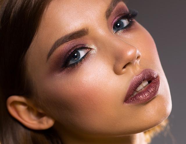 Jaki makijaż na opadającą powiekę?